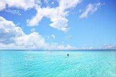 Сияющие и яркие облака в голубом небе стоковые изображения rf