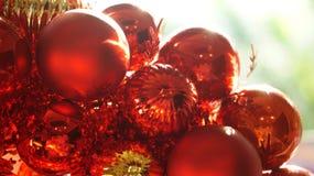 Сияющие красный цвет рождества и предпосылка орнамента золота Стоковые Изображения RF