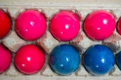 Сияющие розовые и голубые пасхальные яйца Стоковая Фотография RF