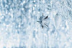 Сияющие серебряные орнаменты рождества вися на дереве, с defocused светами рождества на заднем плане звезды абстрактной картины к стоковые фотографии rf