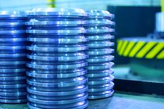 Сияющие стальные части после cnc поворачивая, сверля и подвергая предпосылку механической обработке состава выборочного фокуса ча стоковые фото