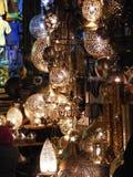 Сияющие фонарики в рынке souq khalili khan el с арабским почерком на ем в Египте Каире Стоковые Изображения RF