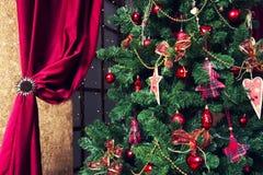 Сияющие шарики рождества вися на ветвях сосны Стоковые Изображения