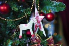 Сияющие шарики рождества вися на ветвях сосны Стоковые Фотографии RF