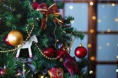 Сияющие шарики рождества вися на ветвях сосны Стоковая Фотография RF