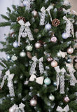 Сияющие шарики рождества вися на ветвях сосны Стоковые Изображения RF