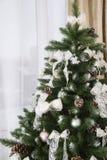 Сияющие шарики рождества вися на ветвях сосны Стоковая Фотография