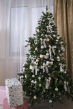 Сияющие шарики рождества вися на ветвях сосны Стоковое фото RF