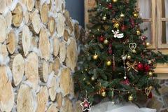 Сияющие шарики рождества вися на ветвях сосны Стоковое Изображение