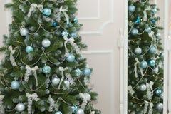 Сияющие шарики рождества вися на ветвях сосны Стоковое Изображение RF