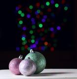 Сияющие шарики рождества на черной предпосылке с красочным boke стоковое фото rf