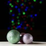 Сияющие шарики рождества на черной предпосылке стоковые изображения