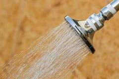 Сияющий нержавеющий головной ливень пока проточная вода Стоковое Фото