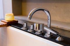 Сияющий нержавеющий кран на ванне Стоковое фото RF