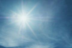 Сияющий пирофакел объектива солнца на голубом небе Стоковое фото RF