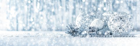 Сияющий серебряный подарок на рождество и красивые орнаменты, с defocused светами рождества на заднем плане стоковое фото rf