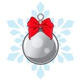 Сияющий серебряный шарик рождества с смычком и снежинкой , выровнянная иллюстрация вектора Стоковые Фотографии RF