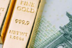 Сияющий слиток золота на зеленых деньгах банкноты евро как финансовых как Стоковое фото RF