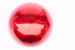 Сияющий трудный красный шарик на белой предпосылке Стоковая Фотография