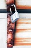 Сияющий padlock на ржавой металлической двери стоковая фотография rf