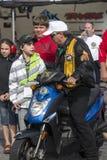 Сила Джона разговаривая с ребенк Стоковая Фотография RF