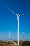 Сила Eco, ветротурбины производя электричество, energ способное к возрождению стоковое фото