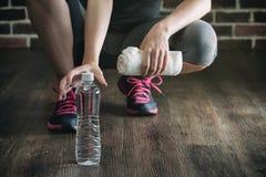 Сидение на корточках на деревянной питьевой воде остатков взятия пола, здоровом lifestyl Стоковое Изображение
