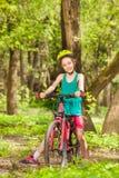 Сидеть велосипедиста девушки ослабляя на ее велосипеде Стоковое фото RF