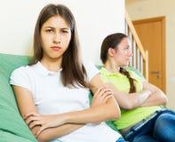 Сидеть и недовольство друзей женщины Стоковые Изображения