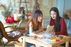 Сидеть молодого женского предпринимателя работая на столе печатая o Стоковые Фотографии RF