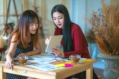 Сидеть молодого женского предпринимателя работая на столе печатая o Стоковая Фотография RF