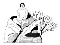 Сидеть молодого человека ослабляя на утесе Стоковые Изображения RF