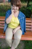 Сидеть на женщине стенда счастливой Стоковая Фотография
