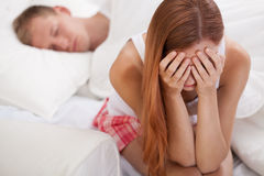 Сидеть на кровати и плакать Стоковые Фото