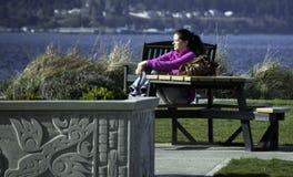 Сидеть на столе для пикника Стоковые Фото