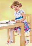 Сидеть на таблице и смотреть прочь Стоковые Фото