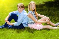 Сидеть на лужайке Стоковое Изображение