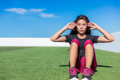 Сидеть-поднимает женщину фитнеса делая хрусты situp снаружи Стоковое фото RF