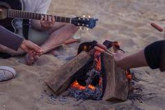 сидеть друзей пляжа Человек играет гитару Стоковое Изображение RF