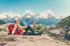 Сидеть счастливого путешественника женщины ослабляя Стоковое Изображение RF
