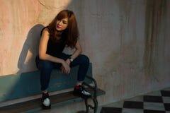 сидеть съемки девушки стенда напольный деревянный Стоковая Фотография