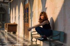 сидеть съемки девушки стенда напольный деревянный Стоковые Изображения RF