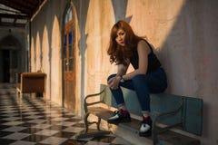 сидеть съемки девушки стенда напольный деревянный Стоковое Фото