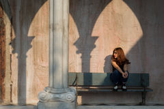 сидеть съемки девушки стенда напольный деревянный Стоковые Фото