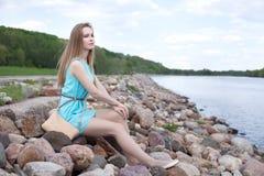 сидеть утесов девушки Стоковая Фотография RF