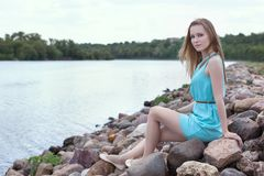 сидеть утесов девушки Стоковая Фотография