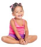 Сидеть Multiracial малой девушки смеясь над на поле Стоковые Фотографии RF
