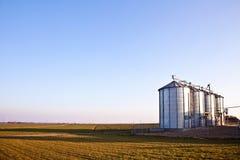 Силосохранилища зерна в сельском ландшафте Стоковые Изображения