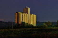 Силосохранилища зерна к ноча Стоковое Фото