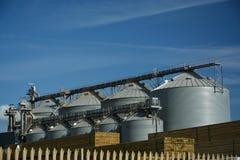 Силосохранилища и тимберс лифта зерна Стоковые Изображения RF